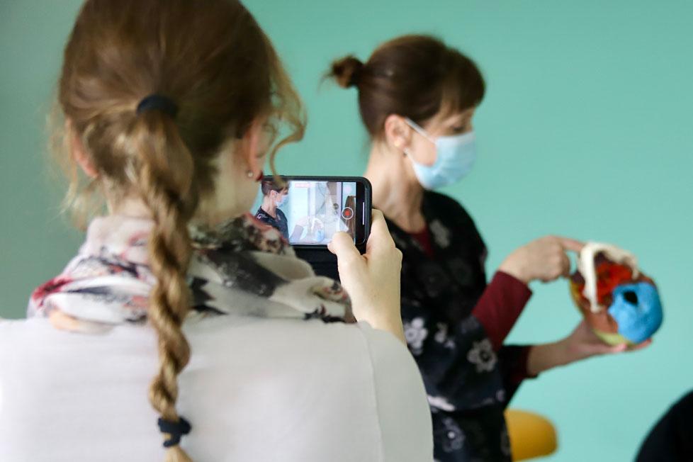 Schnuppertag – Osteopathie Schülerin filmt Dozentin